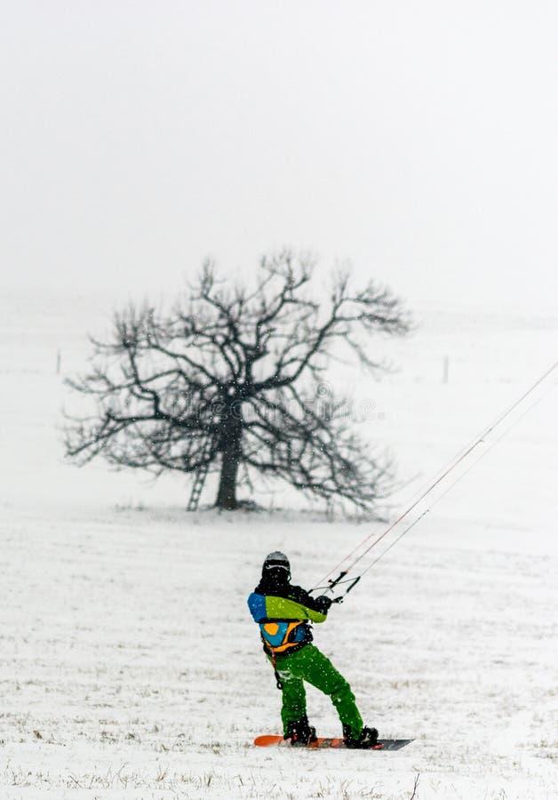 Mężczyzna kani narciarstwo zdjęcia royalty free