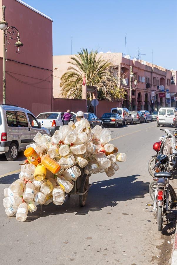 Mężczyzna klingerytu zbierackie butelki w Maroko obrazy royalty free