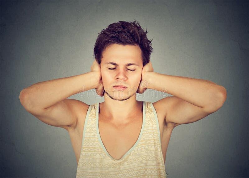 Mężczyzna końcowi ucho w ciszy zdjęcia stock