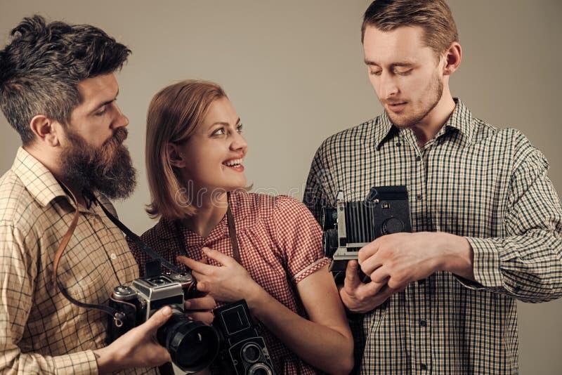 Mężczyzna, kobieta na ono uśmiecha się stawiają czoło spojrzenia przy kamerą, popielaty tło Mężczyzna w w kratkę odziewają, retro zdjęcie stock