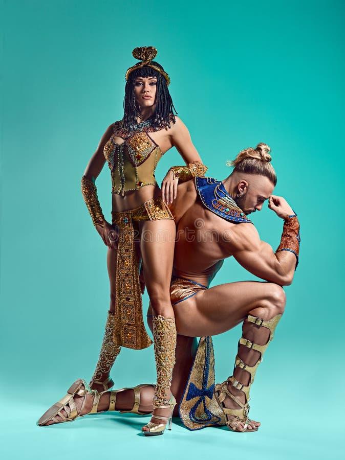 Mężczyzna, kobieta w wizerunkach Egipski Pharaoh i Cleopatra, zdjęcia stock