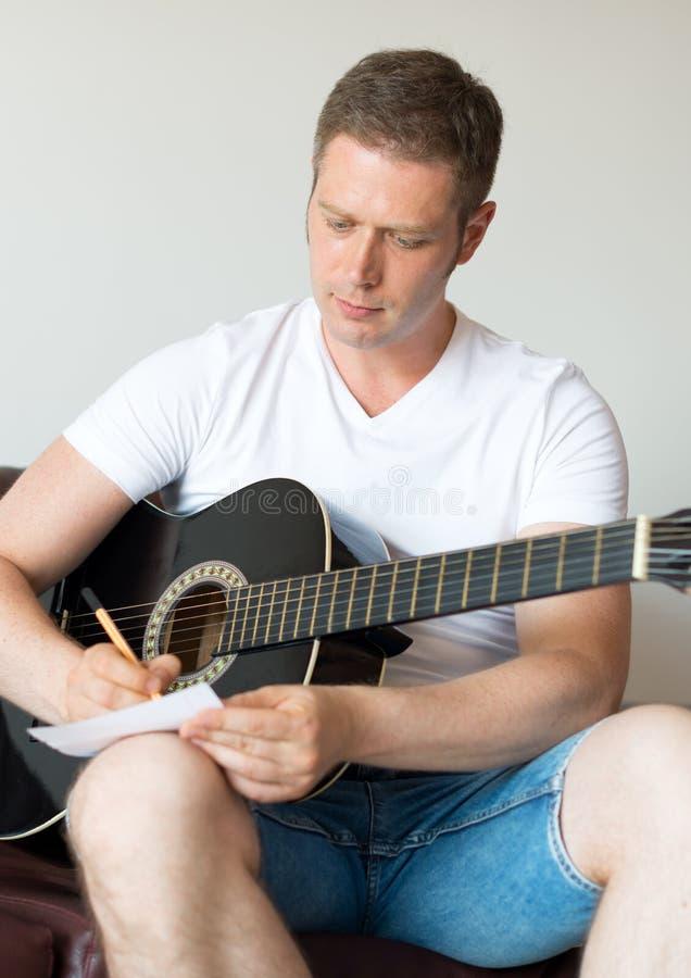 Mężczyzna komponuje piosenkę obraz royalty free