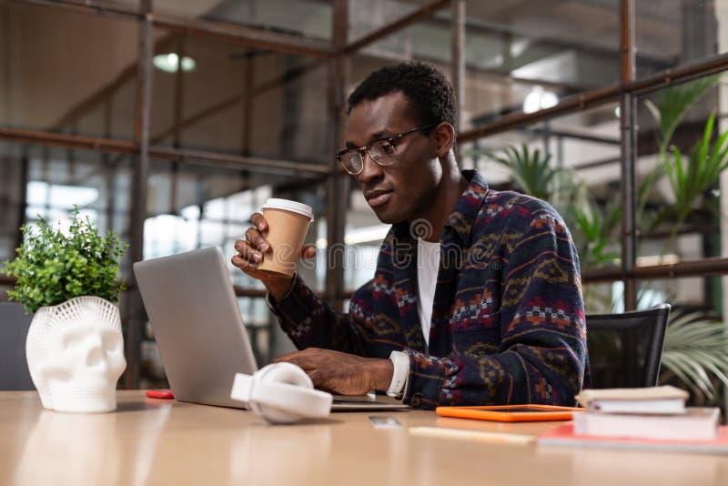 Mężczyzna koncentrujący na robić znacząco działania zadaniu zdjęcie stock