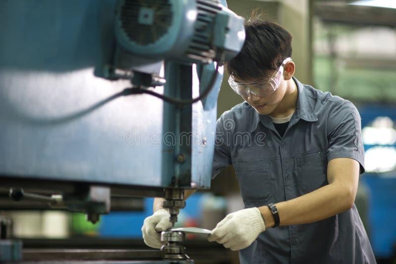 Mężczyzna kontroluje hydrauliczną Uderza pięścią maszynę zdjęcie royalty free