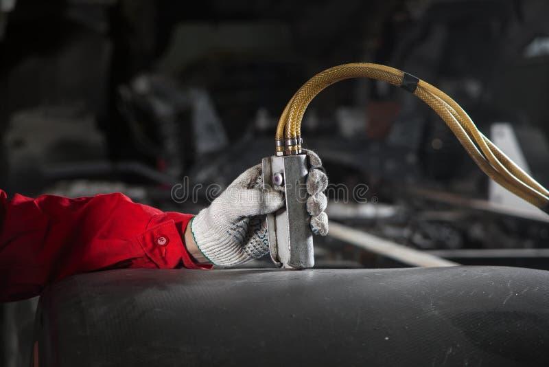 Mężczyzna kontroluje pulpit operatora pneumatyczna, hydrauliczna instalacja, obrazy royalty free