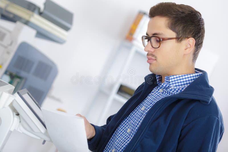 Mężczyzna kopiujący dokument zdjęcia stock