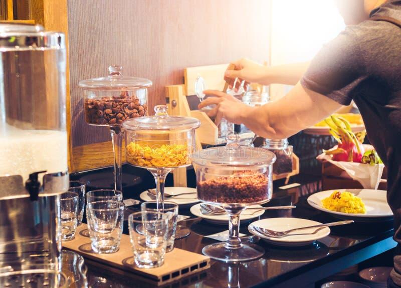 Mężczyzna kopyści jedzenie stołowego terenu cornflakes i szkło i obrazy stock