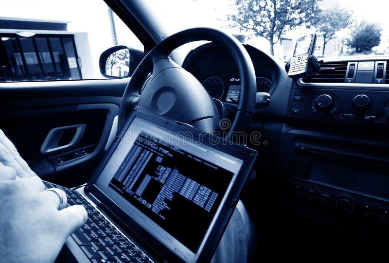 Download Mężczyzna Kraść Dane Od Laptopu Zdjęcie Stock - Obraz złożonej z jeden, cara: 28973262