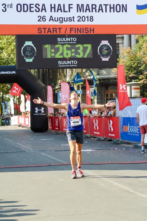 Mężczyzna krzyżuje finshline przyrodni maraton zdjęcia royalty free