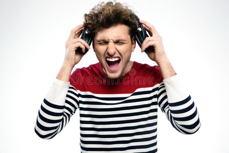 Mężczyzna krzyczy podczas gdy słuchający muzyka zdjęcie stock