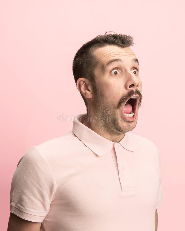 Mężczyzna krzyczy z otwartym usta odizolowywającym na różowym tle, pojęcie twarzy emocja obrazy stock
