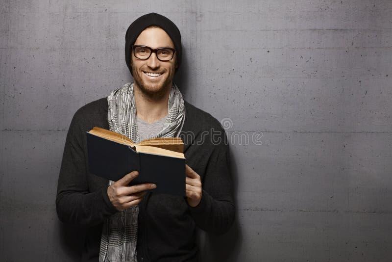 mężczyzna książkowy szczęśliwy czytanie obrazy royalty free