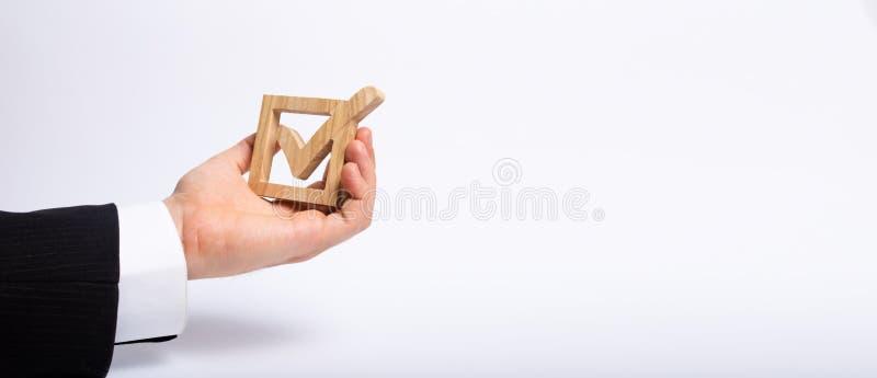 Mężczyzna który jest bezrobotny w garniturze trzyma drewnianego pudełko cwelich w pudełku Ręka trzyma drewnianego czeka pudełko z zdjęcie stock