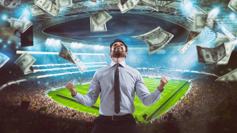 Mężczyzna który raduje się przy stadium dla wygrywać bogatego piłka nożna zakład zdjęcia royalty free