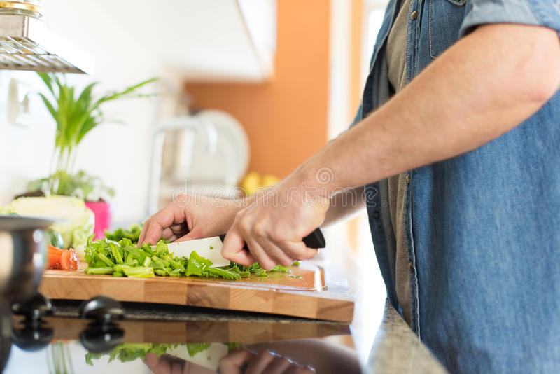 Mężczyzna kucharstwo zdjęcia royalty free