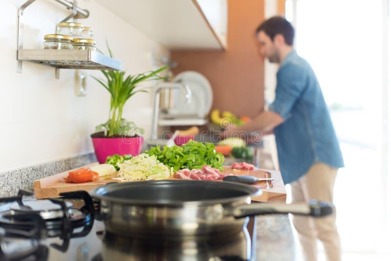 Mężczyzna kucharstwo fotografia stock