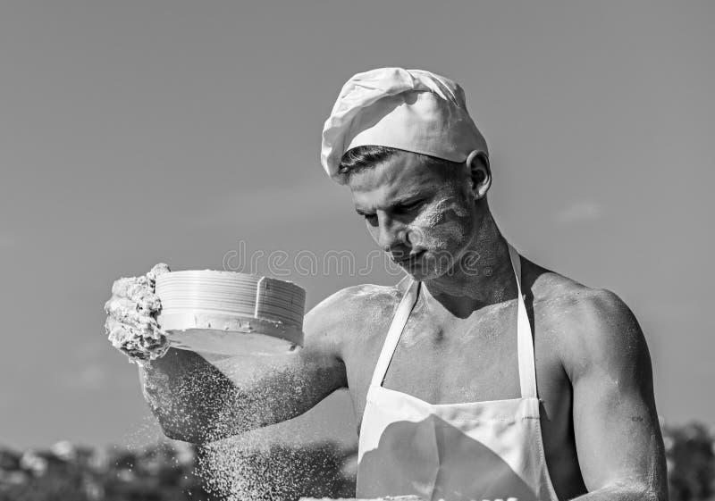 Mężczyzna kucharz lub odsiewamy mąkę przez arfy Pizzaiolo pojęcie Ręki zakrywać z kleistym ciastem szefa kuchni kucharz fotografia stock