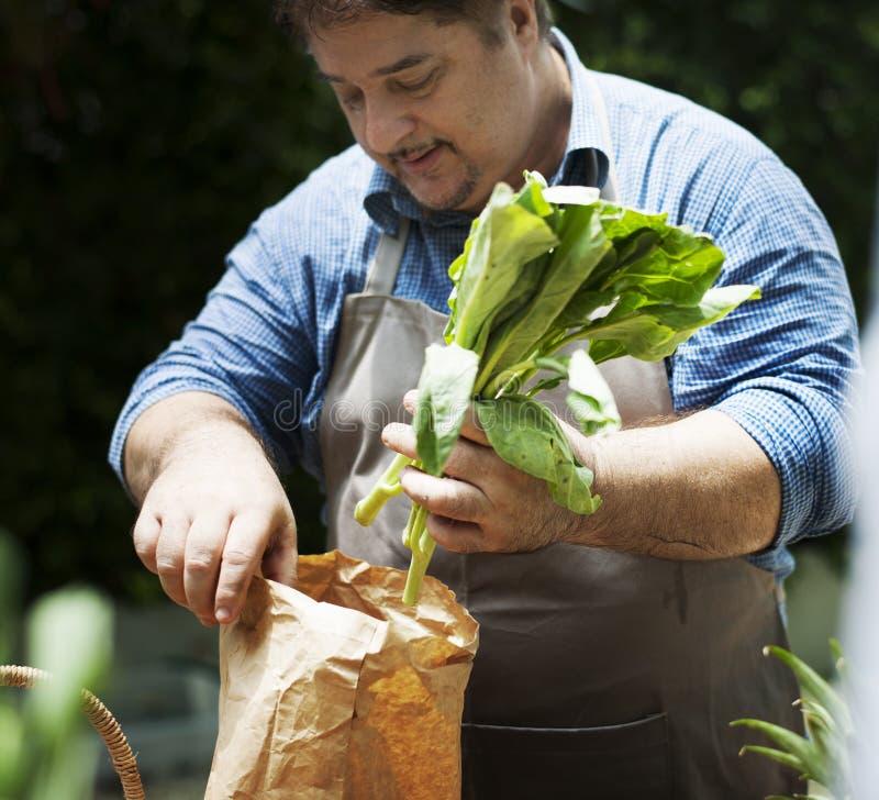 Mężczyzna kupuje świeżego organicznie warzywa od rynku fotografia royalty free