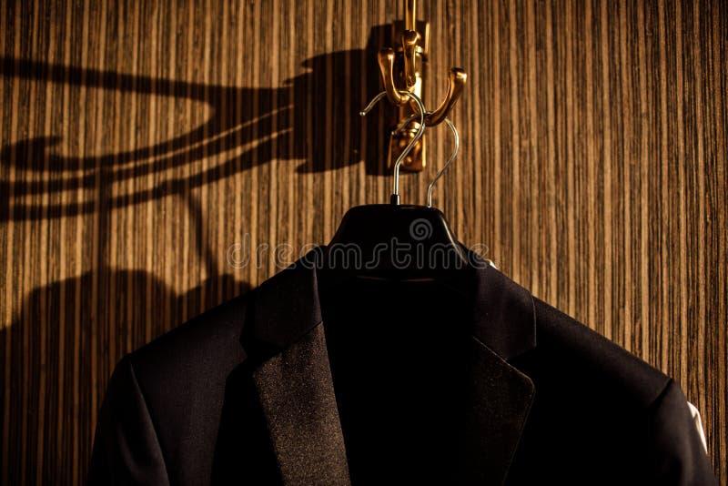 Mężczyzna kurtki na wieszakach w mężczyzny sklepie odzieżowym Mężczyzna kurtka na stojaku obraz royalty free