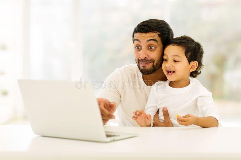 mężczyzna laptopu syn obraz stock