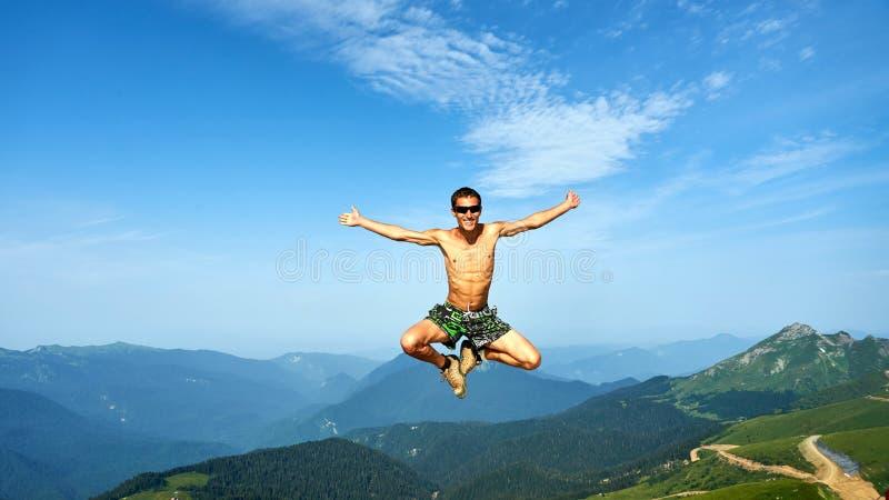 Mężczyzna lata na pięknym backgroung góry, Krasnaya Polyana obraz royalty free