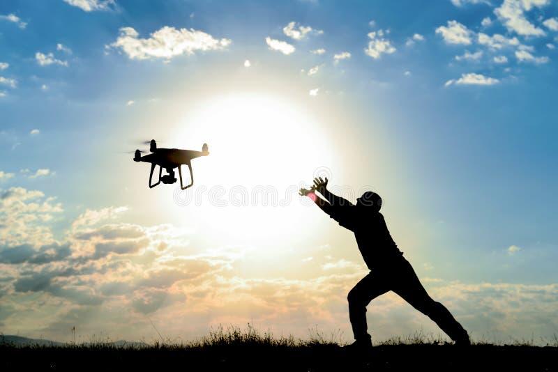 Mężczyzna latający truteń przeciw położenia słońcu obrazy royalty free