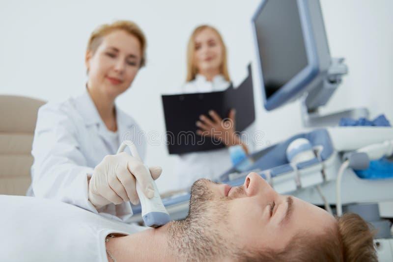 Mężczyzna, lekarka i pielęgniarka na badaniu medycznym, zdjęcia stock