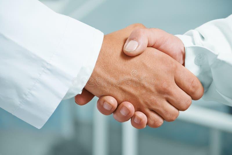 Mężczyzna lekarka trząść rękę zdjęcie royalty free