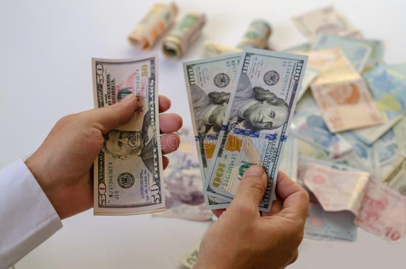 Mężczyzna liczy pieniądze w rękach na stole zdjęcie royalty free