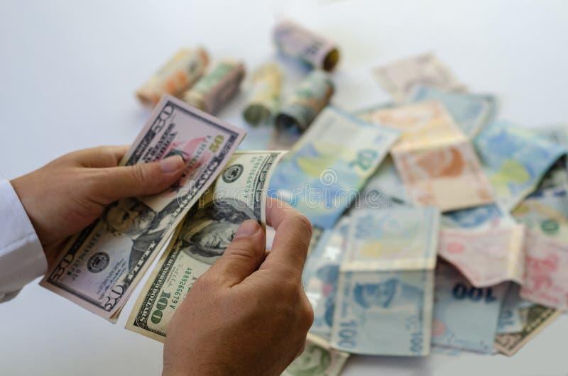 Mężczyzna liczy pieniądze w rękach na stole zdjęcia royalty free