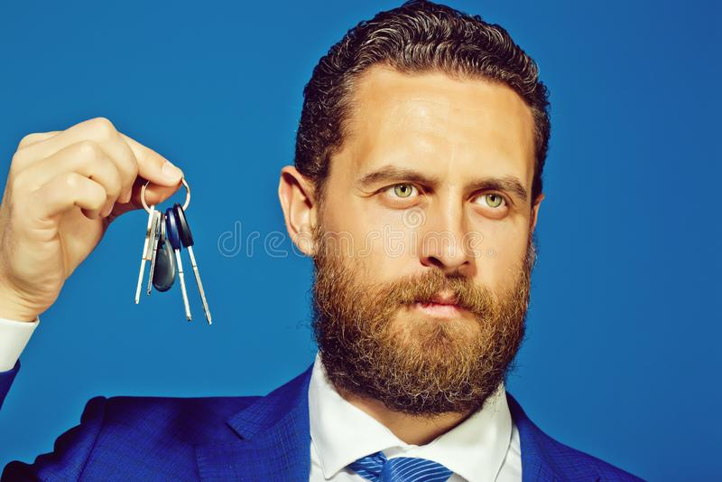Mężczyzna lub biznesmen z kluczem w kostiumu, depozycie i kredycie, zdjęcie royalty free