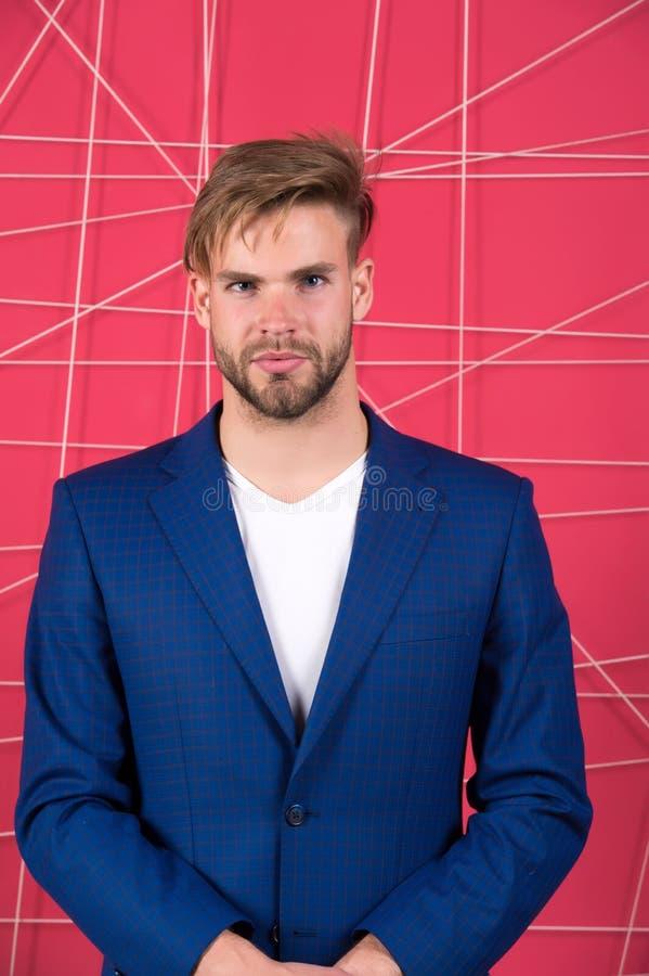 Mężczyzna lub biznesmena odzieży klasyczny zmrok - błękitny kostium buck mody Mężczyzna formalna odzież patrzeje przystojną i ufn zdjęcia royalty free