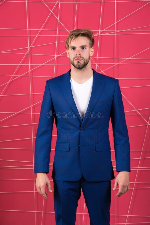 Mężczyzna lub biznesmena odzieży klasyczny zmrok - błękitny kostium Menswear i elegancki garderoby pojęcie buck mody Mężczyzna fo fotografia stock