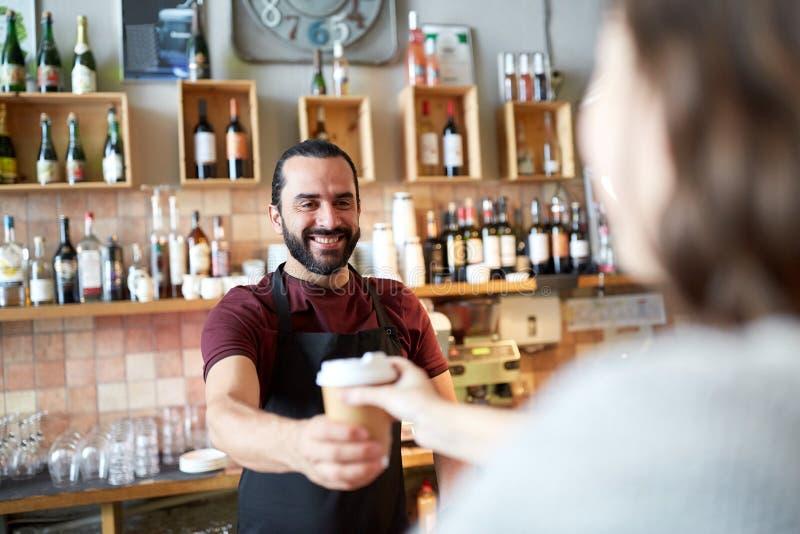 Mężczyzna lub kelnera porci klient w sklep z kawą zdjęcie royalty free