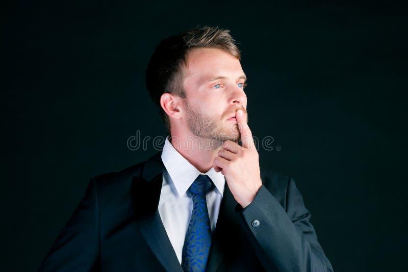 Mężczyzna lub kierownik w kostiumu główkowaniu koncentrującym obrazy stock