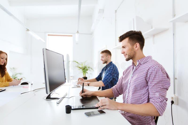 Mężczyzna lub projektant z komputerem i pastylką przy biurem obrazy royalty free