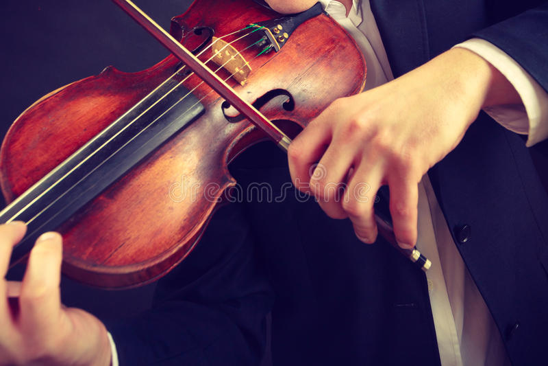 Mężczyzna mężczyzna ubierający elegancko bawić się skrzypce zdjęcia stock