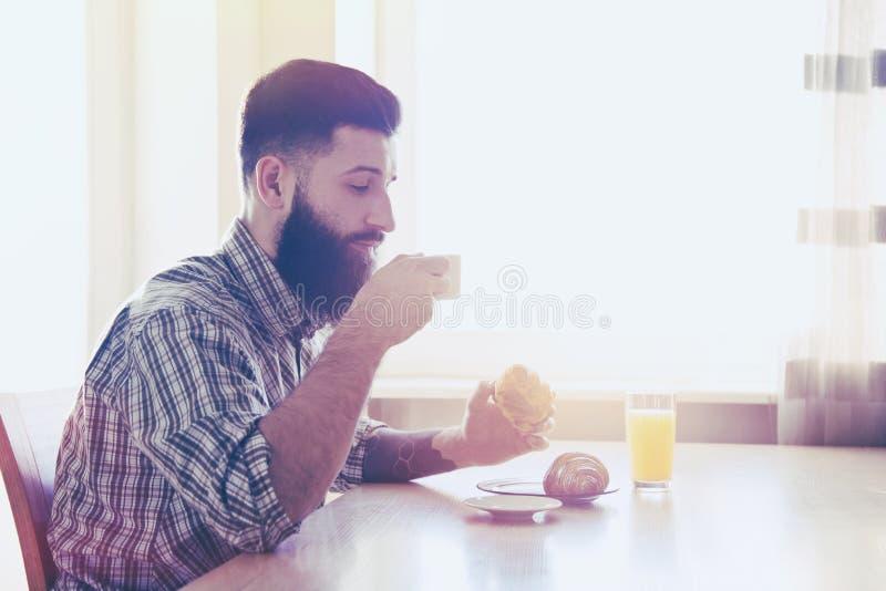 mężczyzna ma śniadanie z filiżanką kawy zdjęcia stock