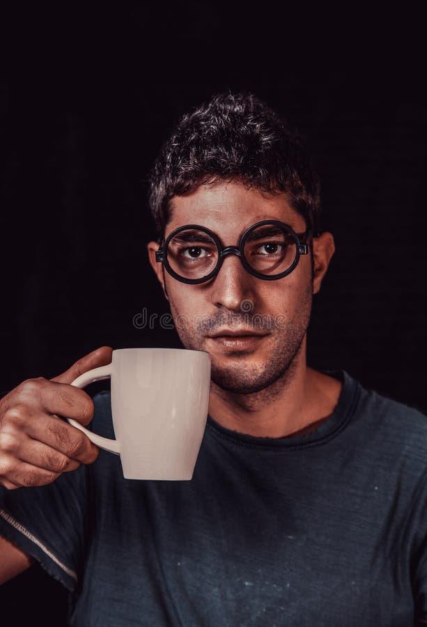 Mężczyzna ma śniadanie z kawą zdjęcia stock