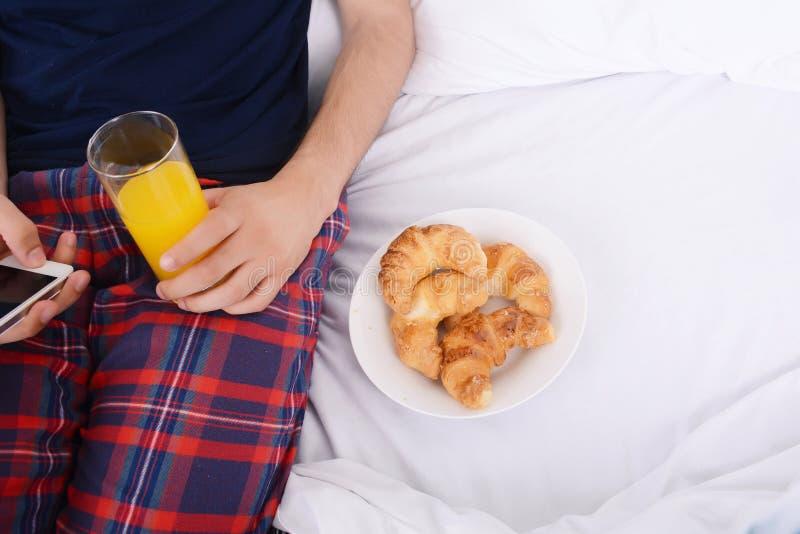 Mężczyzna ma śniadaniowego i używa telefon obrazy stock