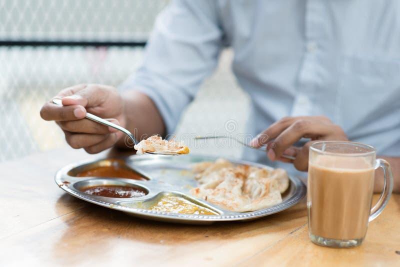 Mężczyzna ma Indiańskiego posiłek obrazy stock