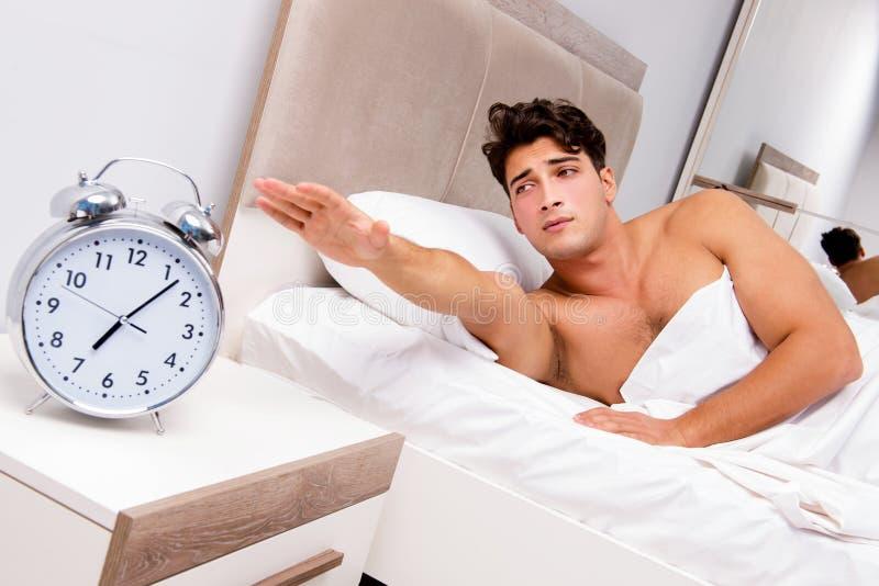 Mężczyzna ma kłopot budzi się up w ranku fotografia stock