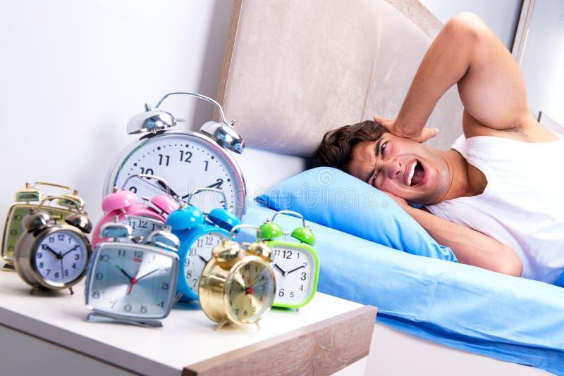 Mężczyzna ma kłopot budzi się up w ranku zdjęcia stock