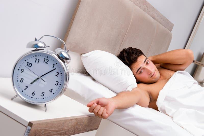 Mężczyzna ma kłopot budzi się up w ranku zdjęcia royalty free