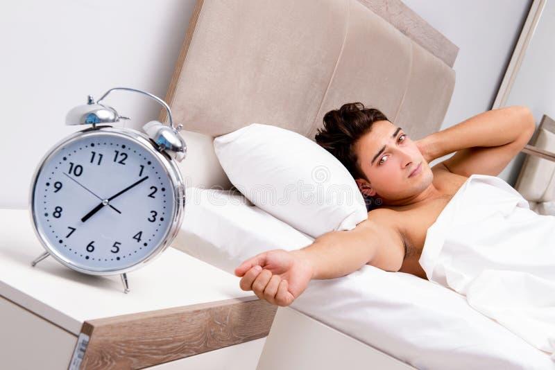 Mężczyzna ma kłopot budzi się up w ranku zdjęcie stock
