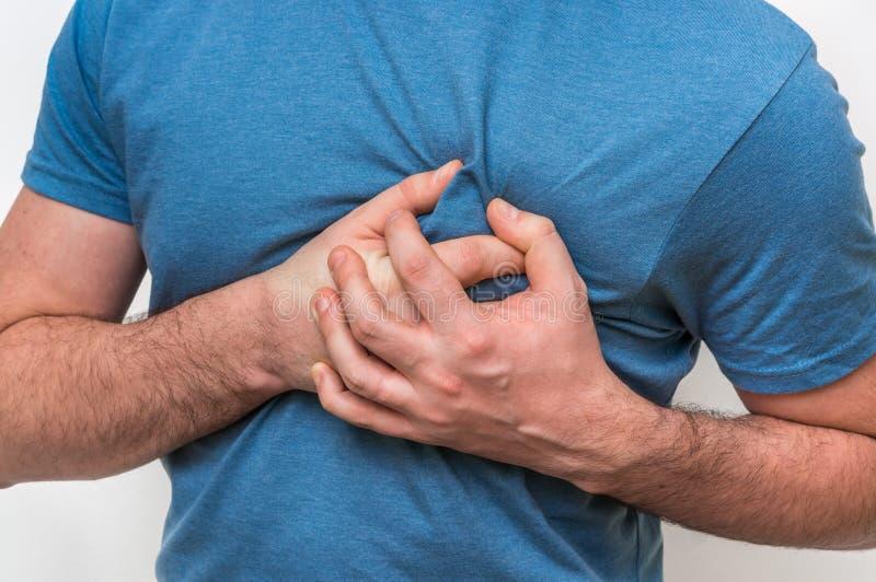 Mężczyzna ma klatka piersiowa ból, atak serca zdjęcia royalty free