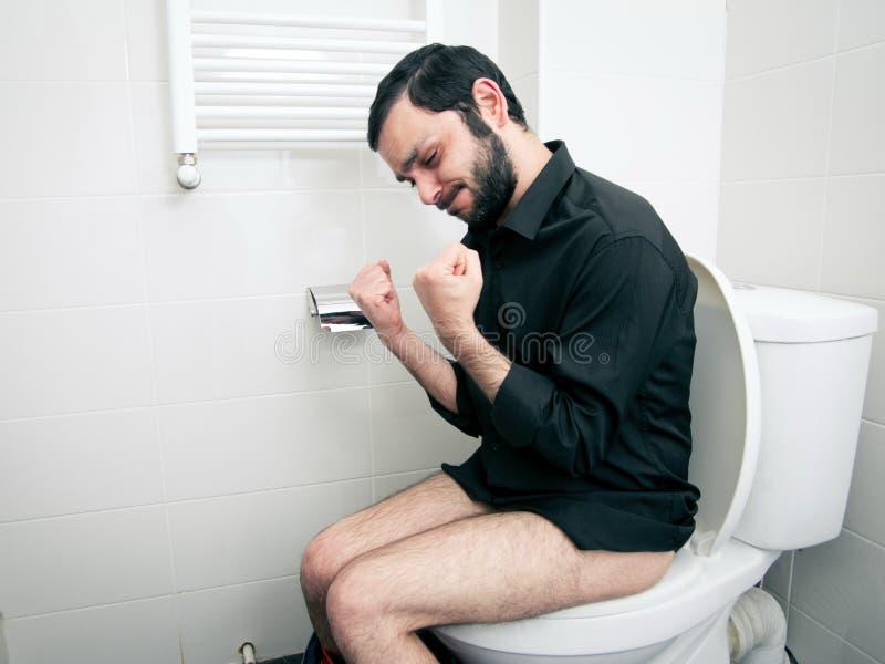 Mężczyzna ma problemy w toalecie obrazy stock