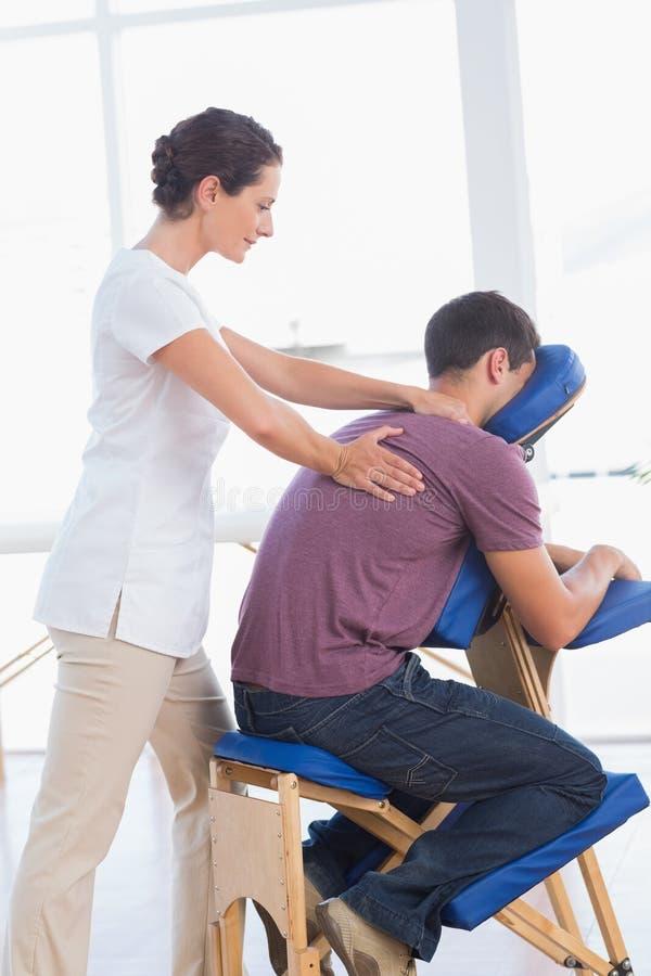 Mężczyzna ma tylnego masaż zdjęcie royalty free
