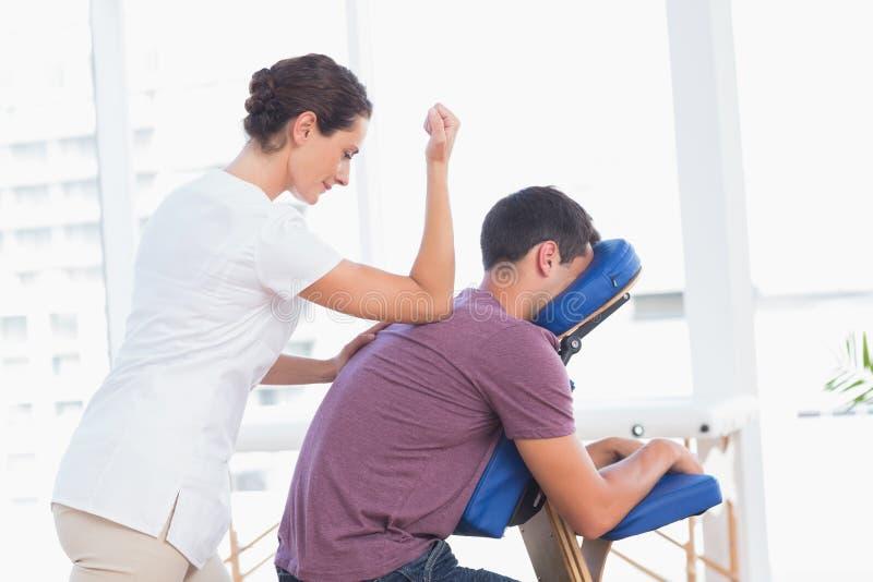 Mężczyzna ma tylnego masaż zdjęcia stock
