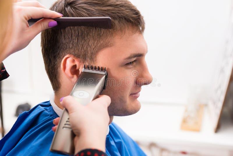 Mężczyzna Ma włosy Ciącego stylistą w salonie zdjęcia royalty free